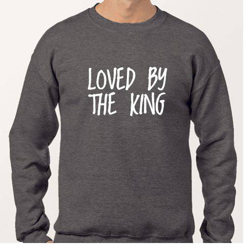https://media2.positivos.com/127078-thickbox/sudader-tipografia-loved-by-the-king.jpg